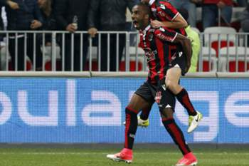 epa05937911 Ricardo Pereira of OGC Nice (L) celebrates with Vincent Koziello (R) after scoring a goal against Paris Saint Germain during the French Ligue 1 soccer match, OGC Nice vs Paris Saint Germain, at the Allianz Riviera stadium, in Nice, France, 30 April 2017. EPA/SEBASTIEN NOGIER