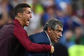Cristiano Ronaldo com Fernando Santos durante a final de Paris.