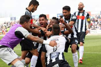 Jogadores do Portimonense celebram um triunfo.