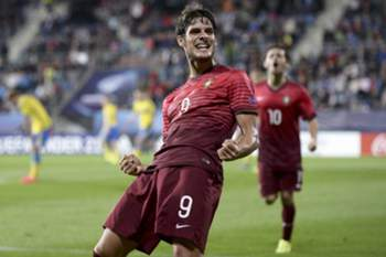 epa04817489 Portuguese player Gonçalo Paciência celebrates after he scores opening goal against Sweden during UEFA European Under-21 soccer championship match between Portugal and Sweden at the City Stadium in Uherske Hradiste, Czech Republic on 24 June 2015. EPA/GEORGI LICOVSKI