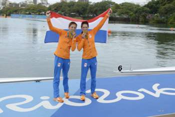 epa05476766 The Netherlands' Ilse Paulis (L) and Maaike Head (R) win gold in the women's Lightweight Double Sculls final at the Rio 2016 Olympic Games Rowing events at the Lagoa Rodrigo de Freitas in Rio de Janeiro, Brazil, 12 August 2016. EPA/FRANCK ROBICHON
