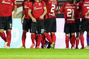 Os jogadores do Penafiel celebram o golo de Yero (4-E) frente ao Vitória de Guimarães durante o jogo a contar para 3ª eliminatória da Taça de Portugal disputado no Estádio Municipal 25 de Abril em Penafiel, 18 de outubro de 2015. OCTÁVIO PASSOS/LUSA