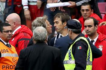 epa04721902 Benfica's head coach Jorge Jesus (C-L) argues with FC Porto's head coach Julen Lopetegui (C-R) after the Portuguese First League soccer match between Benfica Lisbon and FC Porto at Luz Stadium in Lisbon, Portugal, 26 April 2015. EPA/STEVEN GOVERNO