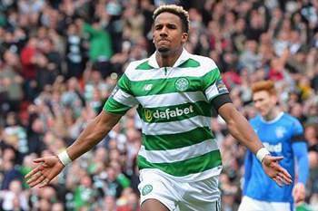 Jogador do Celtic de Glasgow festeja golo