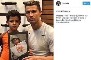 Cristiano Ronaldo com uma fotografia de uma criança síria