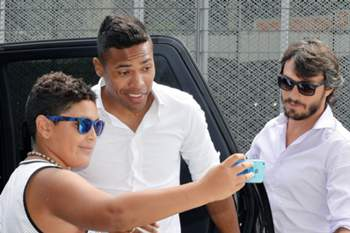 epa04889956 New Juventus player Alex Sandro (C) arrives to undergo medicals in Turin, Italy, 20 August 2015. The Brazilian player will be transferred from FC Porto for an estimated amount of 20 million euros as media reports. EPA/ALESSANDRO DI MARCO