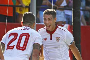 Ben Yedder celebra um golo com Victor Marin 'Vitolo' diante do Alavés.
