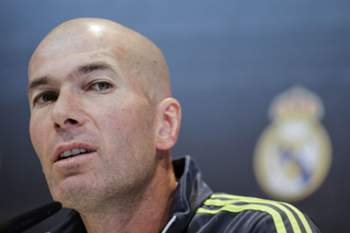 epa05104872 Head coach of Real Madrid, French Zinedine Zidane, holds a press conference following a training session at Valdebebas sports city in Madrid, Spain, 16 January 2016. Real Madrid will face Sporting Gijon in a Spanish Primera Division League soccer match on 17 January. EPA/Emilio Naranjo
