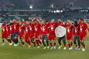 epa05935942 Munich's players celebrate with a mock paper Bundesliga championship trophy after winning the German Bundesliga soccer match between VfL Wolfsburg and Bayern Munich in Wolfsburg, Germany, 29 April 2017. Bayern won the match with 0-6 to clinch their unprecedented fifth consecutive Bundesliga league title. EPA/FELIPE TRUEBA (EMBARGO CONDITIONS - ATTENTION: Due to the accreditation guidlines, the DFL only permits the publication and utilisation of up to 15 pictures per match on the internet and in online media during the match.)