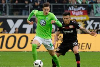 epa05608397 Wolfsburg's Julian Draxler (L) and Leverkusen's Charles Aranguiz vie for the ball during the German Bundesliga soccer match between VfL Wolfsburg and Bayer 04 Leverkusen in the Volkswagen Arena in Wolfsburg, Germany, 29 October 2016. EPA/PETER STEFFEN (EMBARGO CONDITIONS - ATTENTION - Due to the accreditation guidelines, the DFL only permits the publication and utilisation of up to 15 pictures per match on the internet and in online media during the match)