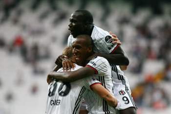 Aboubakar e Talisca celebram um golo do Besiktas.