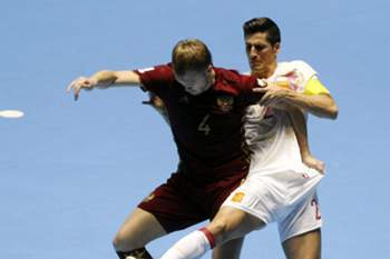 epa05555027 Ortiz (R) of Spain vies for the ball with Dmitry Lyskov (L) of Russia during the Futsal World Cup Colombia 2016 quarterfinal match between Spain and Russia at the Coliseo del Pueblo in Cali, Colombia, 24 September 2016. EPA/CHRISTIAN ESCOBAR MORA