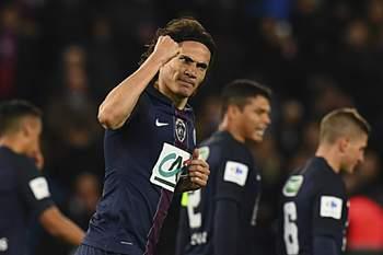 Cavani celebra um golo pelo Paris Saint-Germain diante do Mónaco