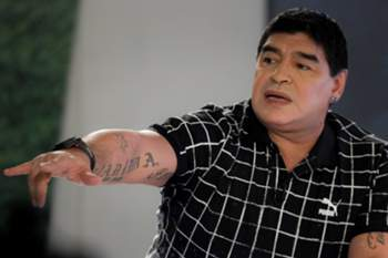 epa04642554 Former Argentinian soccer player Diego Maradona points during his TV show 'De zurda (left footed)' in Caracas, Venezuela, 28 February 2015. EPA/MIGUEL GUTIERREZ