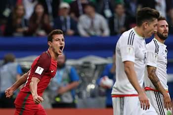 Cédric Soares festeja um golo de Portugal diante do México.