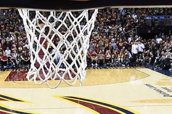 Stephen Curry em ação frente aos Cleveland Cavaliers.