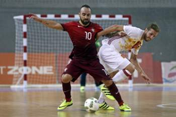 epa05521938 Portugal player Ricardinho (R) in action against Spain player Pola during their friendly futsal match held at Multiusos de Gondomar, Porto, Portugal, 3th September 2016. EPA/JOSE COELHO
