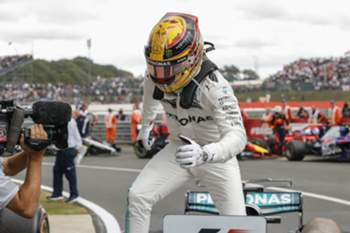 epa06090981 British Formula One driver Lewis Hamilton of Mercedes AMG GP celebrates after winning the Formula One Grand Prix of Great Britain at the Silverstone circuit, in Northamptonshire, Britain, 16 July 2017. EPA/VALDRIN XHEMAJ