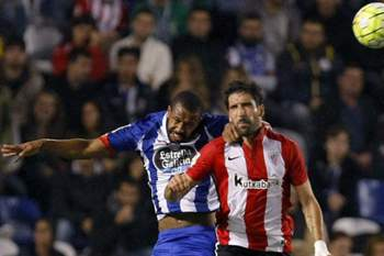 epa04983237 Athletic Club's midfielder Raul Garcia (R) heads for the ball with Deportivo Coruna's Brazilian defender Sidnei (L) during their Spanish Liga Primera Division Liga soccer match played at Riazor stadium in La Coruna, Spain, 18 October 2015.