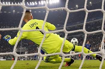 Gonzalo Higuain marca uma grande penalidade frente a Anthony Lopes.