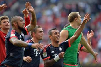 epa04950965 Munich's (l-r) Thomas Mueller, Arturo Vidal, Philipp Lahm, Thiago, and Manuel Neuer celebrate the win of the German Bundesliga soccer match between 1. FSV Mainz 05 and FC Bayern Munich at the Coface Arena in Mainz, Germany, 26 September 2015. (EMBARGO CONDITIONS - ATTENTION: Due to the accreditation guidelines, the DFL only permits the publication and utilisation of up to 15 pictures per match on the internet and in online media during the match.) EPA/TORSTEN SILZ