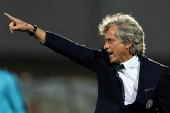 epa05546800 Sporting's head coach Jorge Jesus gestures during the Portuguese First League soccer match between FC Rio Ave and Sporting Lisbon at Arcos stadium in Vila do Conde, Portugal, 18 September 2016. EPA/JOSE COELHO