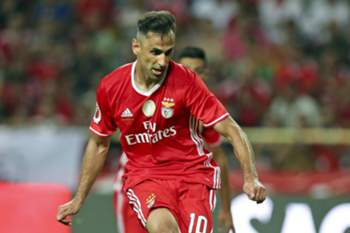 epa05463109 Benfica's Jonas scores a goal against Braga during their Portuguese Candido de Oliveira Supercup soccer match held at Aveiro Stadium, in Aveiro, Portugal, 7 August 2016. EPA/JOSE COELHO