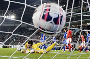 O guarda-redes de San Marino Aldo Simoncini reage após um golo da Suíça