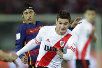 epa05076325 River Plate's forward Lucas Alario (R) in action against Barcelona's forward Neymar (L) during the final match of the FIFA Club World Cup 2015 between FC Barcelona and River Plate in Yokohama, south of Tokyo, Japan, 20 December 2015