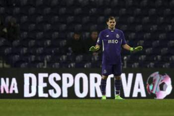 epa05148553 FC Porto's goalkeeper Iker Casillas reacts during the Portuguese First League soccer match against Arouca held at Dragao stadium in Porto, Portugal, 07 February 2016. EPA/ESTELA SILVA