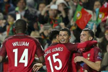 epa05870827 Portugal's player Cristiano Ronaldo (2nd R) celebrates with teammates after scoring the 3-0 lead during the 2018 FIFA World Cup Russia group B qualifying soccer match Portugal vs Hungary at Luz Stadium in Lisbon, Portugal, 25 March 2017. EPA/MIGUEL A. LOPES