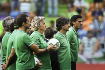 Sporting's head coach Jorge Jesus (C) moments before the team's presentation game against Olympique Lyon at Alvalade Stadium, in Lisbon, Portugal, 23 July 2016. MARIO CRUZ/LUSA
