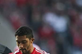 César do Benfica em ação frente a Tomané do Vitória de Guimarães.