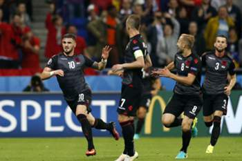 epa05378050 Armando Sadiku (L) of Albania celebrates after scoring the 1-0 lead during the UEFA EURO 2016 group A preliminary round match between Romania and Albania at Stade de Lyon in Lyon, France, 19 June 2016. (RESTRICTIONS APPLY: For editorial news reporting purposes only. Not used for commercial or marketing purposes without prior written approval of UEFA. Images must appear as still images and must not emulate match action video footage. Photographs published in online publications (whether via the Internet or otherwise) shall have an interval of at least 20 seconds between the posting.)