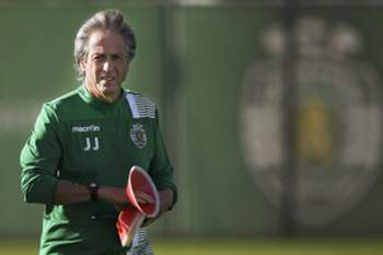 epa05556543 Sporting's head coach Jorge Jesus leads the team's training session in Alcochete, Portugal, 26 September 2016. Sporting will face Legia Warsaw in the UEFA Champions League Group F soccer match on 27 September. EPA/MARIO CRUZ
