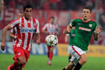 epa04352591 Olympiacos' player Omar Elabdellaoui (L) fights for the ball with Athletic Bilbao's Oscar de Marcos (R) during their friendly soccer match at the Karaiskaki Stadium in Piraeus, Greece, 13 August 2014.