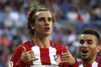 epa05897427 Atletico Madrid's French striker Antoine Griezmann (L) jubilates with his team mate Angel Correa (R) after scoring the equalizer during the Primera Division match between Real Madrid and Atletico Madrid played at Santiago Bernabeu stadium in Madrid, Spain on 08 April 2017. EPA/BALLESTEROS