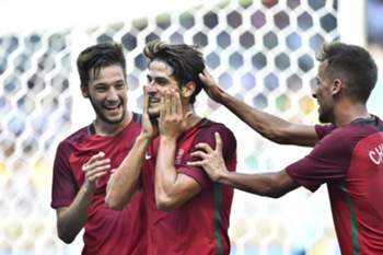 epa05470875 Gonzalo Paciencia (C) of Portugal celebrates after scoring a goal against Algeria during the men's group D preliminary round match of the Rio 2016 Olympic Games Soccer tournament at the Mineirao stadium in Belo Horizonte, Brazil, 10 August 2016.