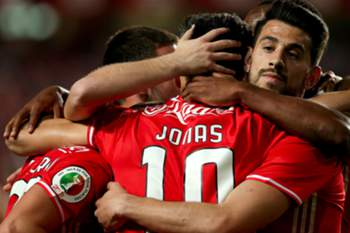 Benfica's Jonas (C) celebrates with his teammates after scoring a goal against Estoril during their Portuguese Cup soccer match held at the Luz stadium, in Lisbon, Portugal, 5 April 2017. MANUEL DE ALMEIDA/ LUSA