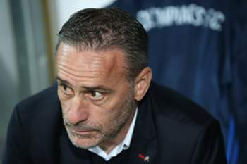 epa05810766 Olympiacos' head coach Paulo Bento sits on the bench before the UEFA Europa League round of 32, second leg soccer match between Osmanlispor and Olympiacos Piraeus in Ankara, Turkey, 23 February 2017. EPA/TOLGA BOZOGLU