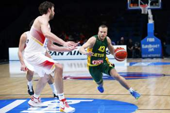 epa04941094 Lithuania's Lukas Lekavicius (R) in action against Spain's Pau Gasol (L) during the EuroBasket 2015 final between Spain and Lithuania at the Pierre Mauroy Stadium in Lille, France, 20 September 2015. EPA/YOAN VALAT