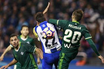 epa05837272 Deportivo La Coruna's Costa Rican midfielder Celso Borges (C) fights for the ball with Argentinian defender German Pezzella (R) of Real Beits during their Primera Division soccer match played at Riazor stadium in La Coruna, Galicia, Spain on 08 March 2017.