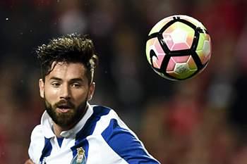 Felipe em duelo com Luisão no Benfica - FC Porto