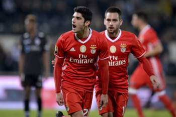 epa05710095 Benfica's Gonçalo Guedes (L) celebrates after scoring a goal against Vitoria Guimaraes during the Portuguese League Cup soccer match held at D. Afonso Henriques stadium, in Guimaraes, Portugal, 10 January 2017. EPA/HUGO DELGADO