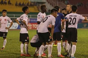 Dois jogadores vietnamitas suspensos por dois anos por protesto insólito contra penalti.