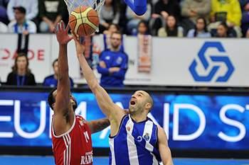 FC Porto vence Benfica e fica a um triunfo do título nacional de basquetebol.
