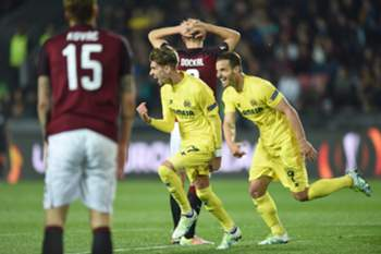 epa05259188 Villarreal's Samuel Castillejo (C) celebrates with team mate Roberto Soldado (R) after scoring a goal during the UEFA Europa League quarter final second leg soccer match between Sparta Prague and Villarreal CF, in Prague, Czech Republic, 14 April 2016.