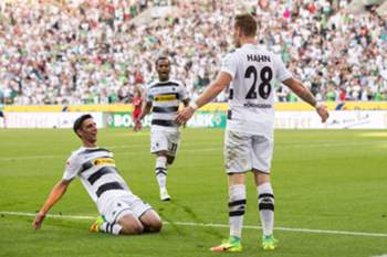 epa05512320 Gladbach's Andre Hahn (r), Raffael and Lars Stindl celebrating the 1:0 goal during the Bundesliga soccer match between Borussia Moenchengladbach and Bayer Leverkusen on the first Bundesliga match day at the stadium at Borussia-Park in Moenchengladbach, Germany, 27 August 2016. (EMBARGO CONDITIONS - ATTENTION: Due to the accreditation guidlines, the DFL only permits the publication and utilisation of up to 15 pictures per match on the internet and in online media during the match.)