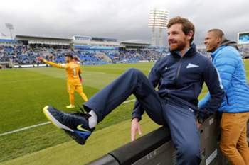 epa04753492 Zenit's head coach Andre Villas-Boas (C) celebrates after the Russian Premier League soccer match between FC Zenit St Petersburg and FC Ufa at the Petrovsky stadium in St. Petersburg, Russia, 17 May 2015. Zenit St. Petersburg clinched their fourth Russian title. EPA/ANATOLY MALTSEV