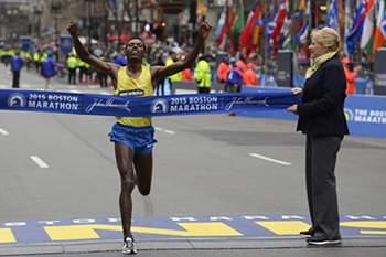 epaselect epa04713587 Lelisa Desisa of Ethiopia crosses the finish line after winning the mens division of the 119th Boston Marathon in Boston, Massachusetts, USA, 20 April 2015.
